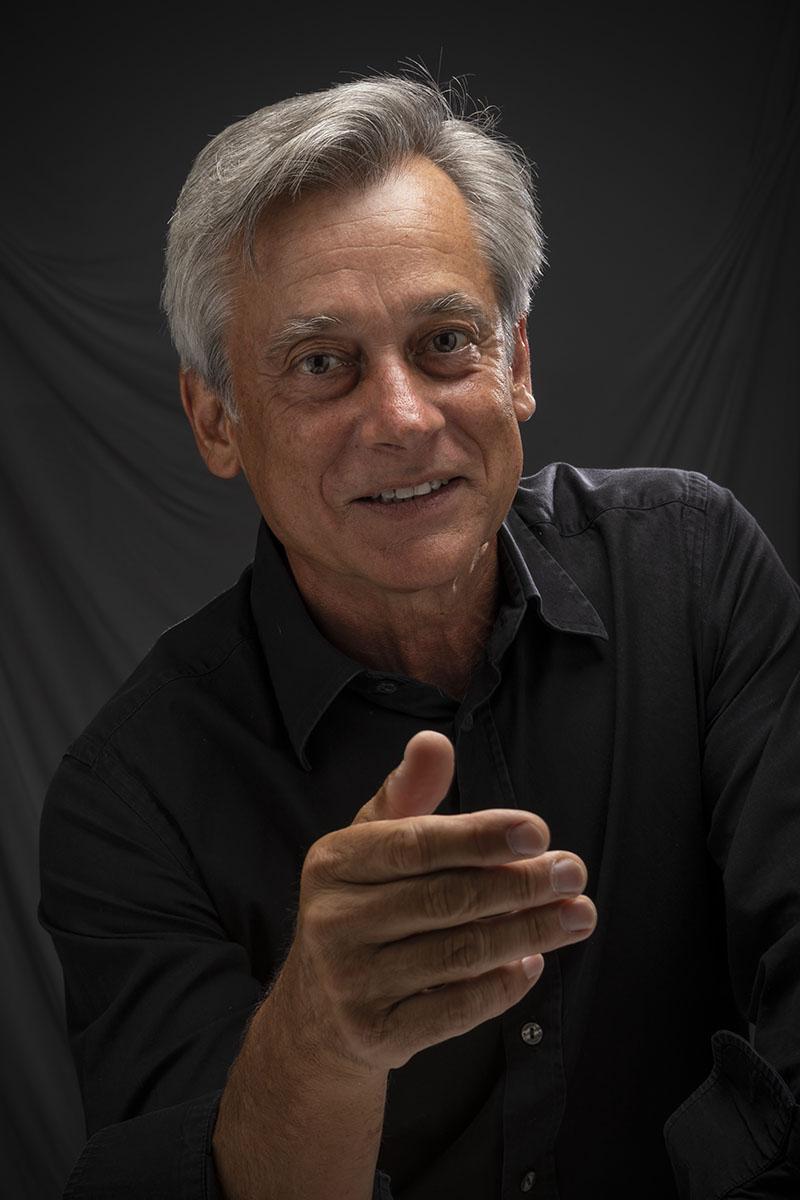 Retrato de un hombre con el pelo gris