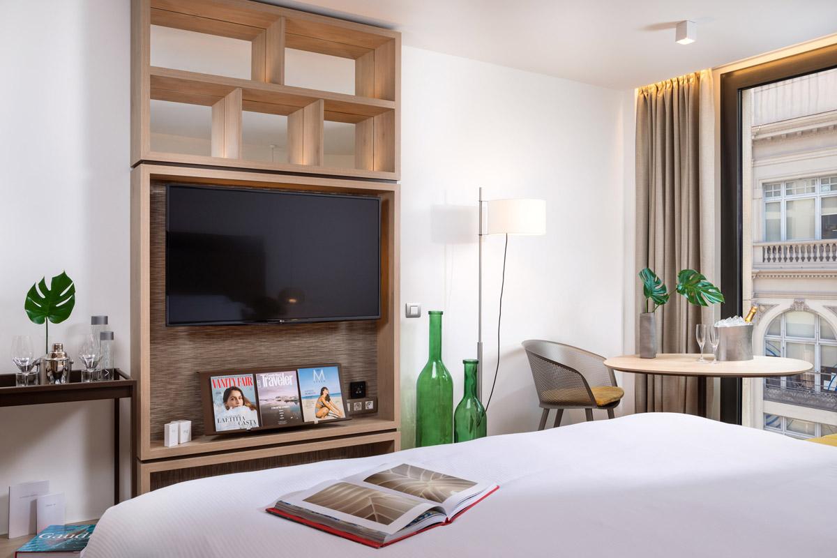 Habitación de hotel con libro encima de la cama