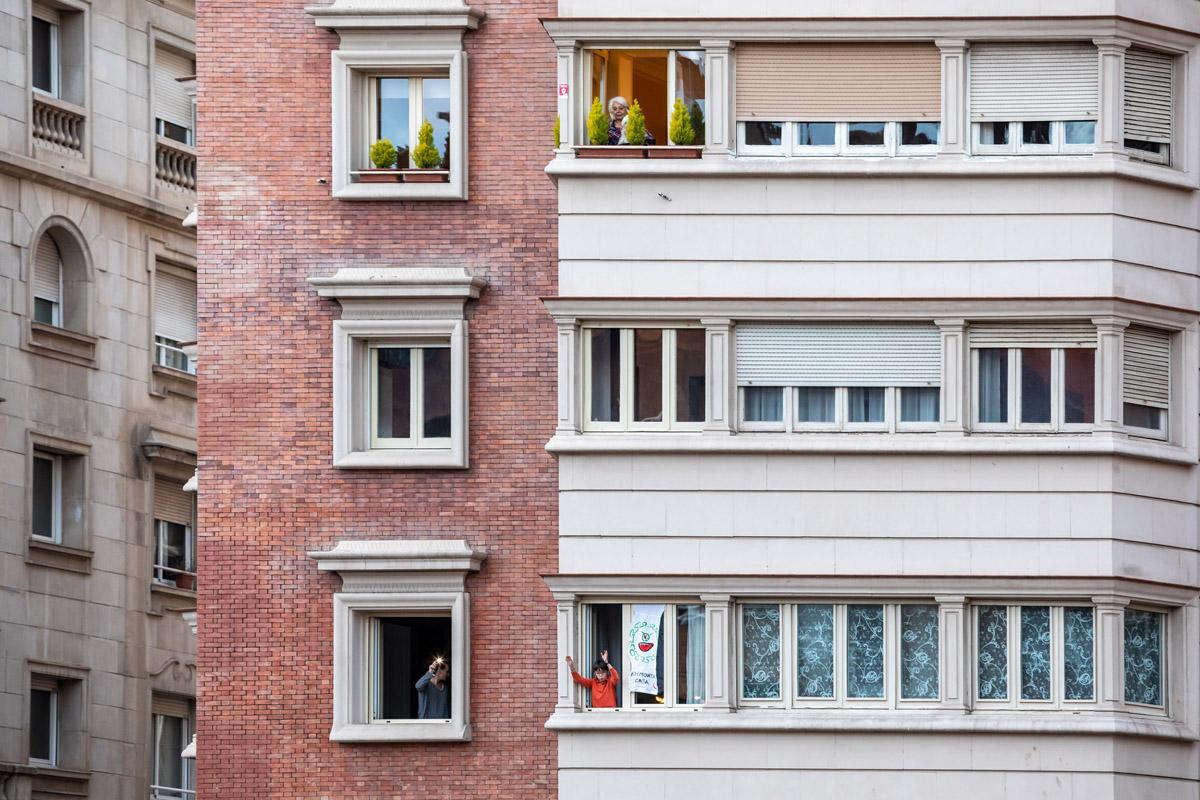 personas bailando en sus ventanas