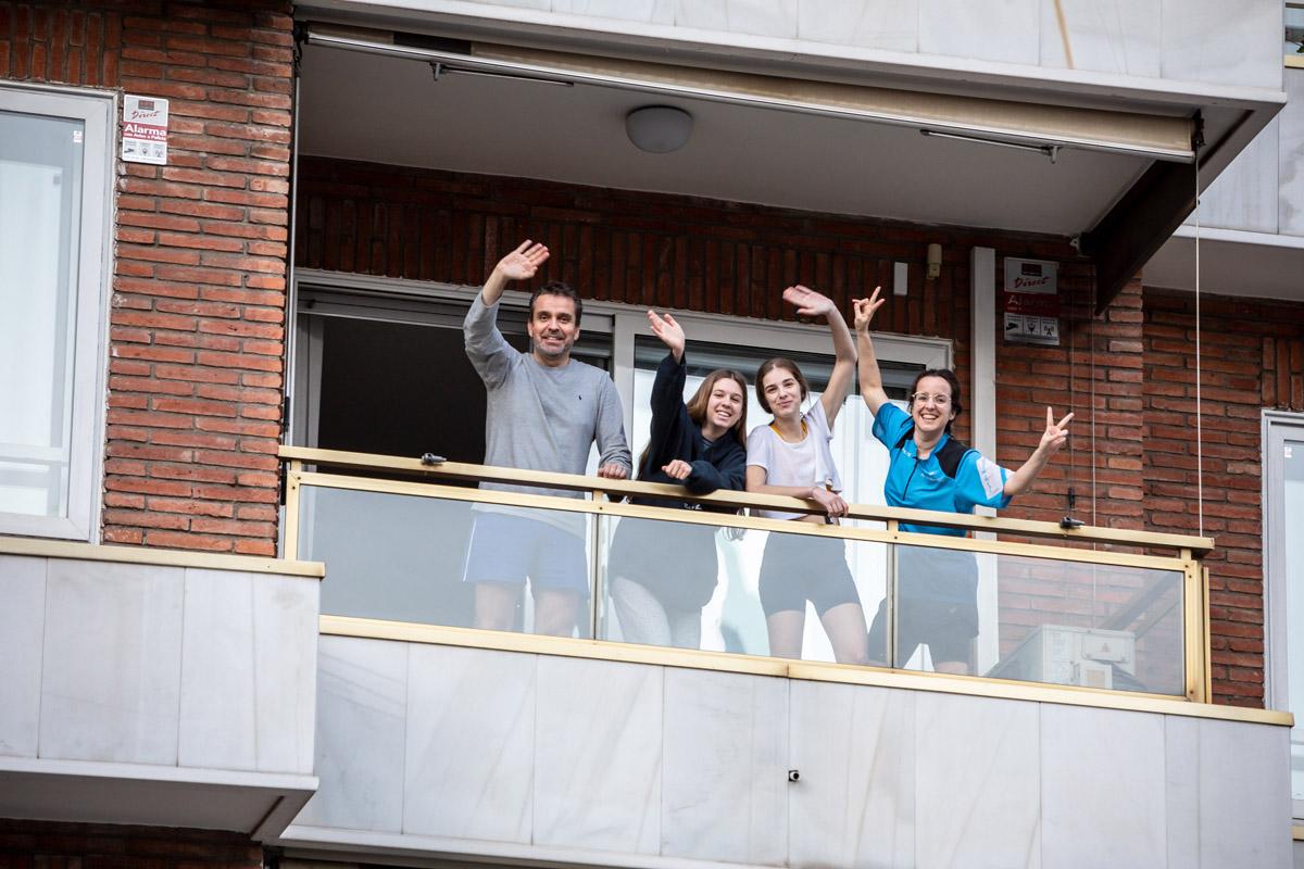 cuatro personas bailando en su balcón