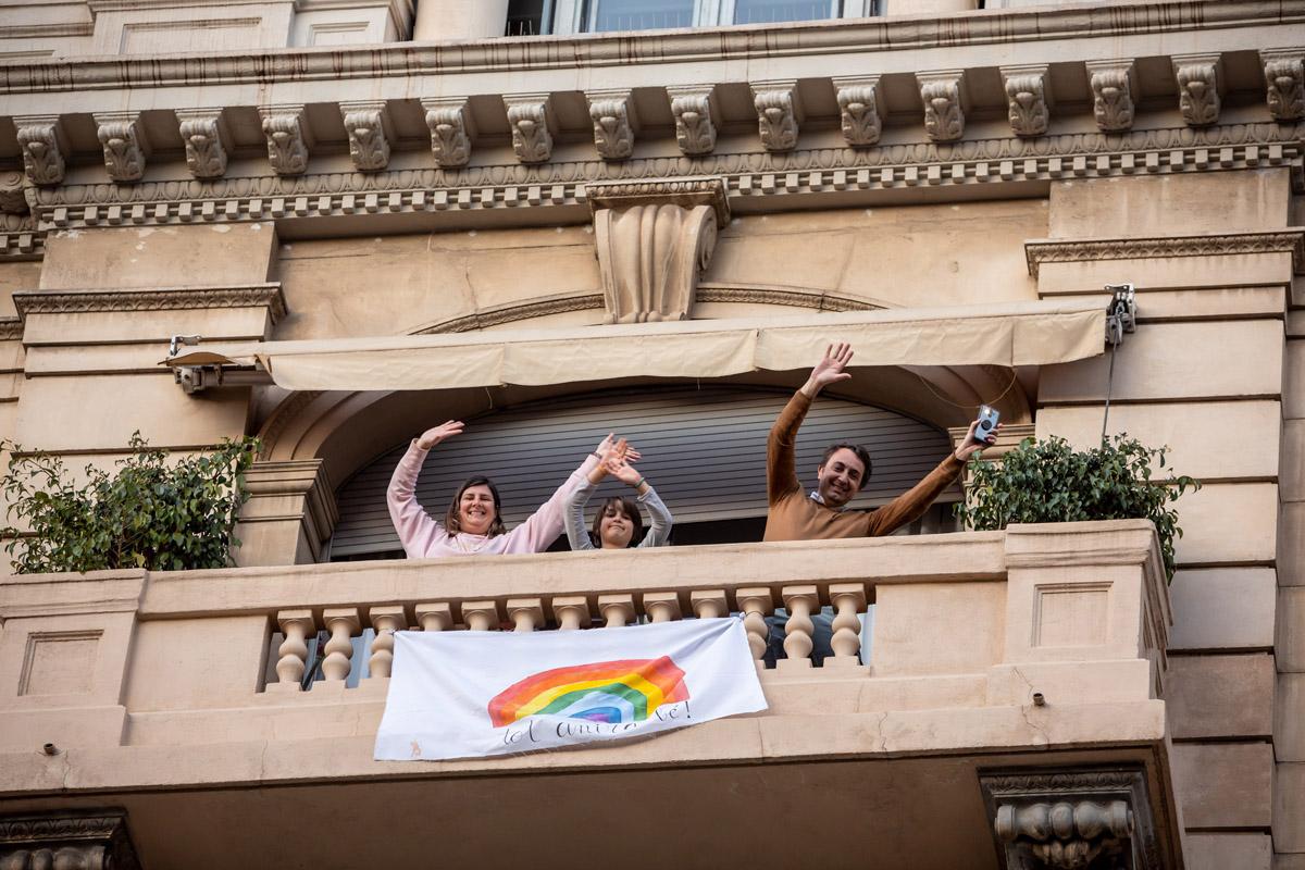 tres personas bailando en su balcón