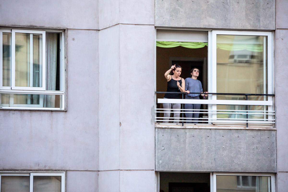 dos mujeres bailando en su ventana