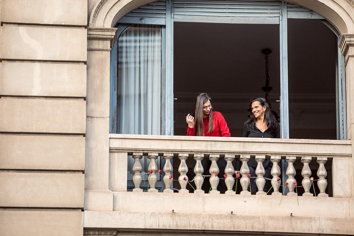 dos mujeres bailando en su balcón