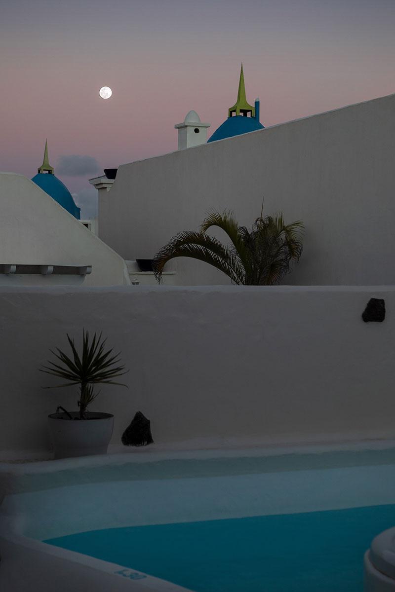 Luna llena desde la piscina de una villa