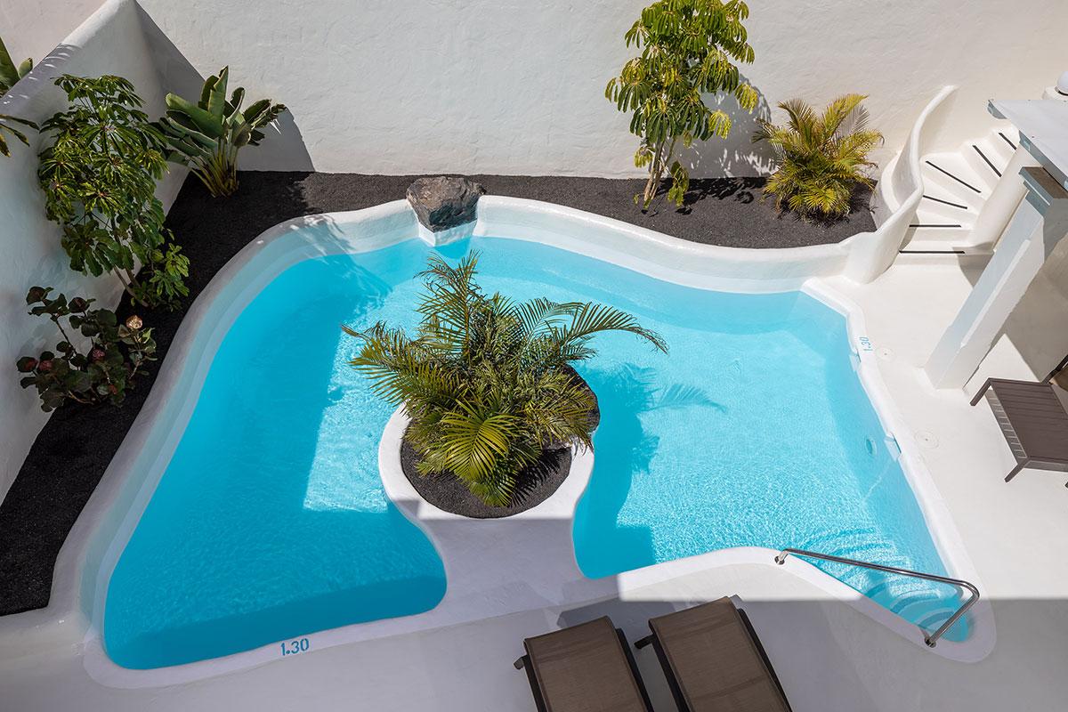 vista cenital de la piscina de una villa Bahiazul