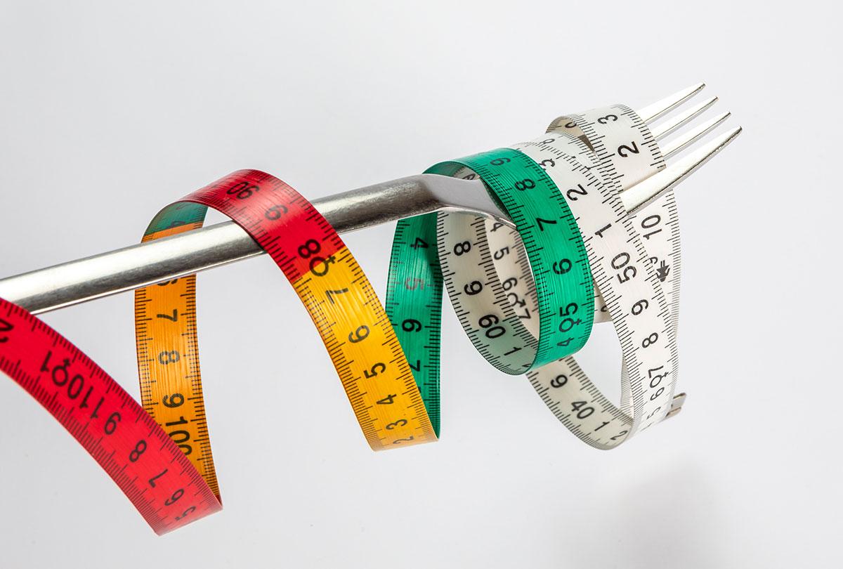 tenedor con cinta métrica